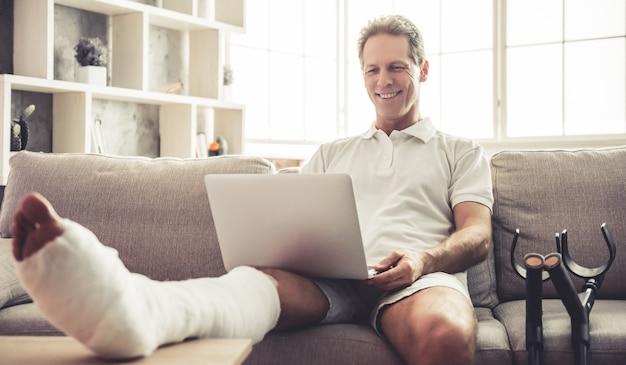Człowiek ze złamaną nogą