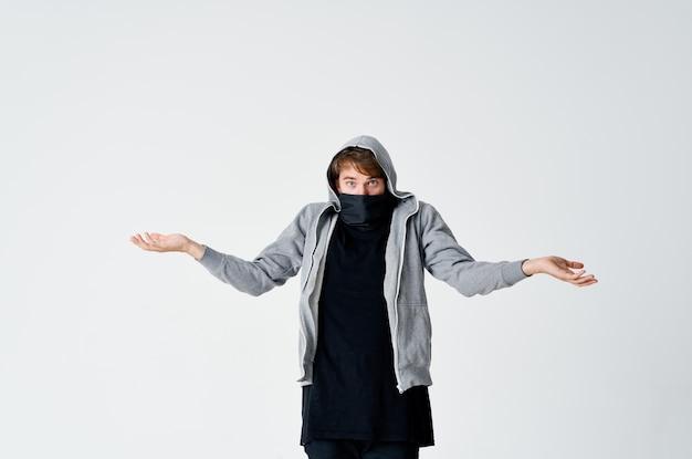 Człowiek złodziej chowa twarz anonimowość przestępczość przestroga