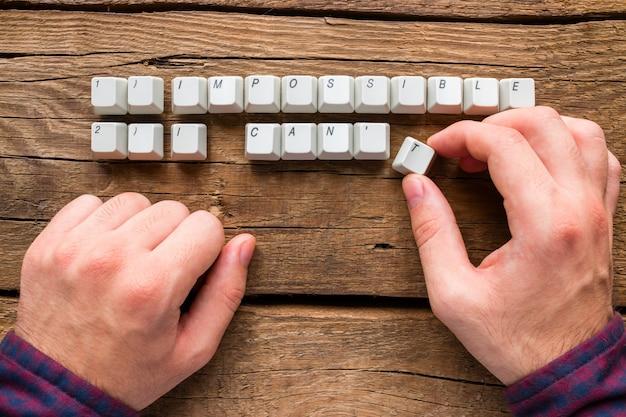 Człowiek zmienia słowa niemożliwe i nie mogę tego zrobić i mogę klawiszy klawiatury