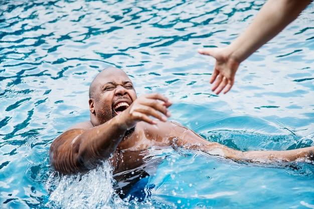 Człowiek został uratowany z wody