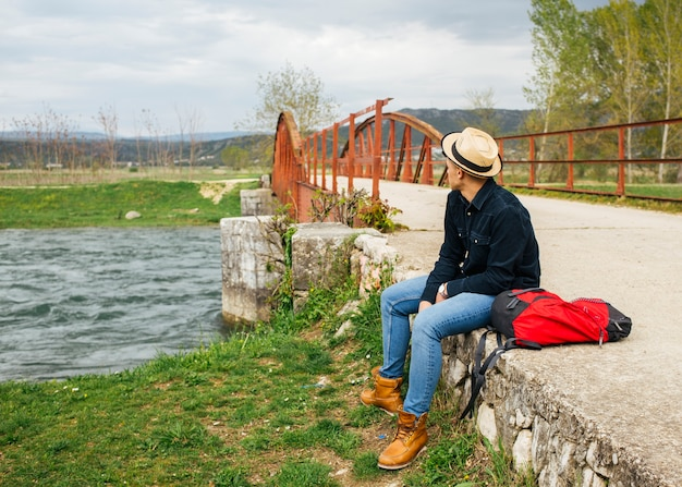 Człowiek zrelaksować się usytuowanie banku płynącej rzeki