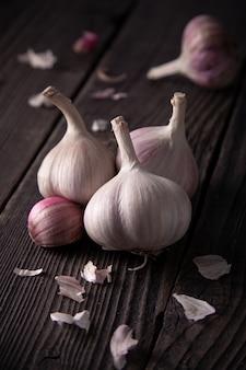 Czosnek głów na drewnianym stole, naturalne jedzenie organiczne.