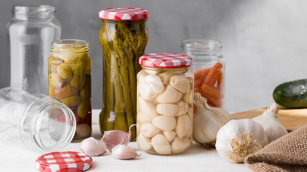 Czosnek i szparagi konserwowane w szklanych słoikach