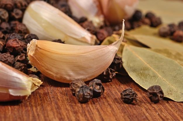 Czosnek, liście laurowe i ziarna pieprzu z bliska