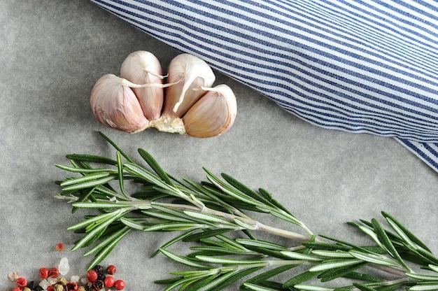 Czosnek, rozmaryn i przyprawy z pasiastym obrusem