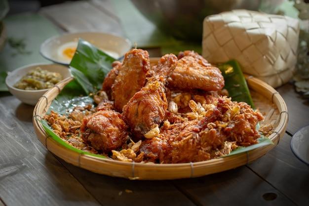 Czosnek smażony kurczak nad drewnianym stołem