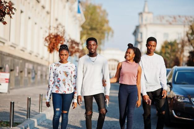 Czterech afrykańskich przyjaciół spacerujących razem po ulicy