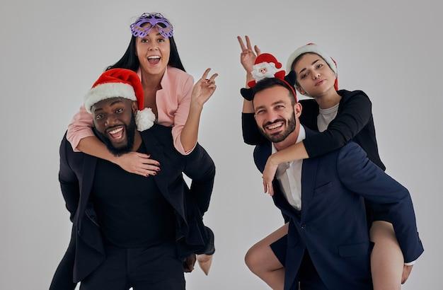 Czterech ludzi biznesu świętujących boże narodzenie i gestykulujących
