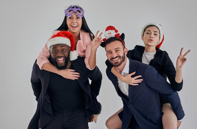 Czterech ludzi biznesu świętujących boże narodzenie