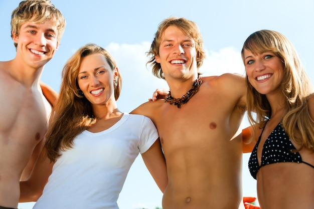 Czterech młodych ludzi na plaży