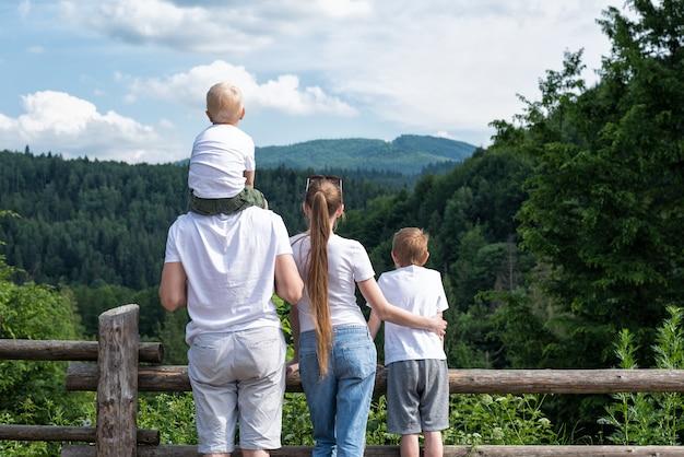 Czteroosobowa rodzina o charakterze. widok z tyłu. aktywny wypoczynek