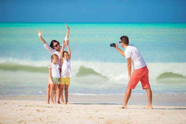 Czteroosobowa rodzina robi zdjęcie selfie na wakacjach na plaży. rodzinne wakacje na plaży