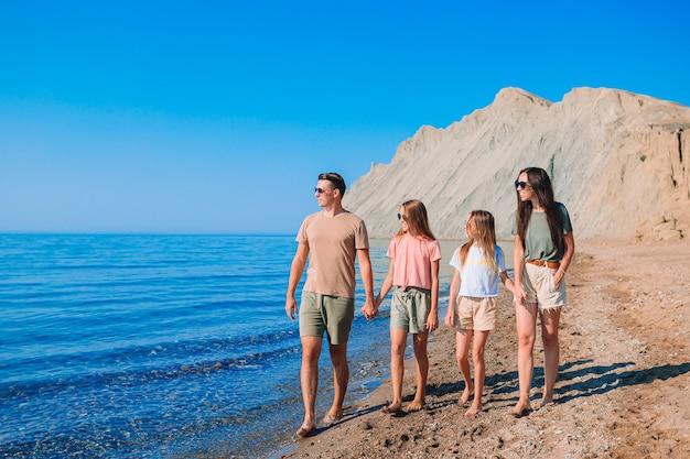 Czteroosobowa rodzina wspólnej zabawy na plaży