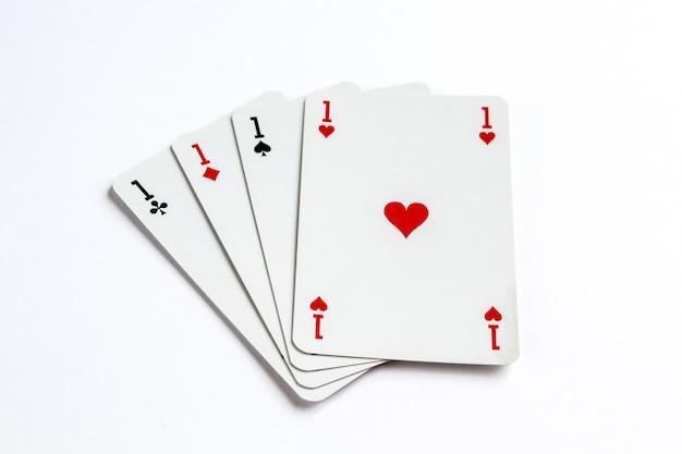 Cztery asy gra w karty na białym tle na białej powierzchni