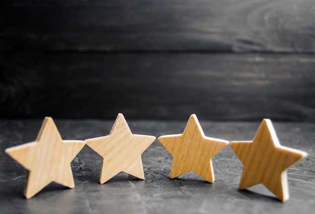 Cztery drewniane gwiazdki.