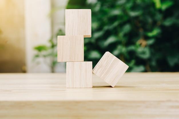 Cztery drewniane kostki zabawki na tle drewniany stół z miejsca na kopię