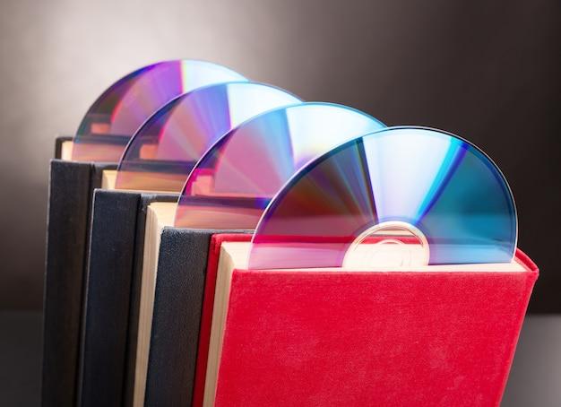 Cztery dyski cd wystają z czerwonej księgi