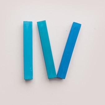 Cztery kawałki niebieskiej kredki pastelowej kredą