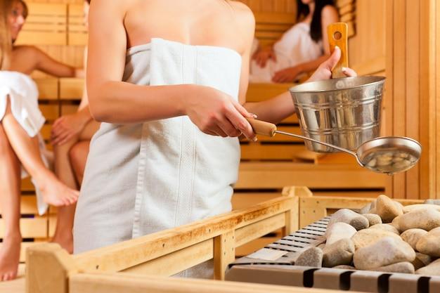 Cztery kobiety przyjaciół w saunie