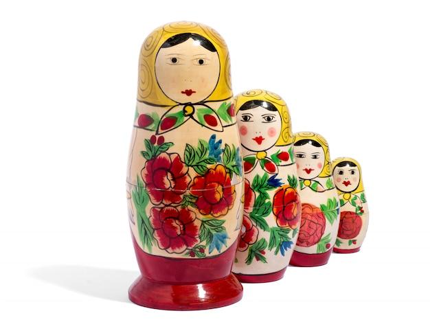 Cztery lalki matryoshka przed sobą
