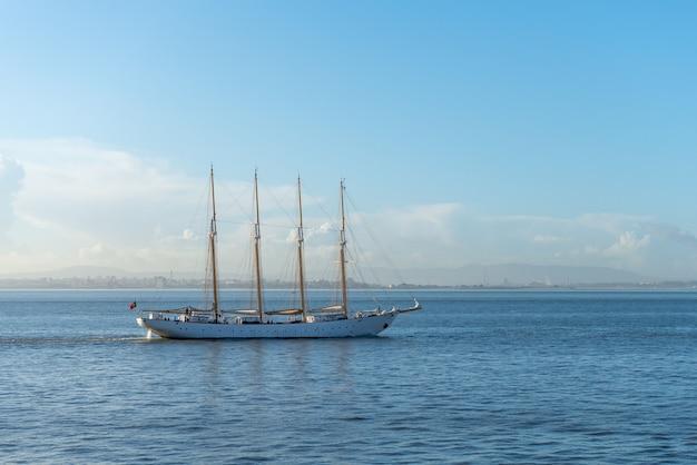 Cztery maszty żaglowiec na morzu