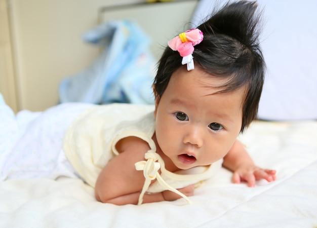Cztery miesiące dziewczynka leżąc w łóżku