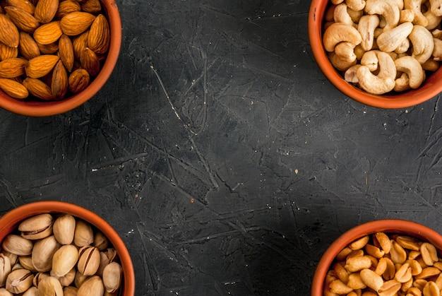 Cztery miski z różnymi orzechami