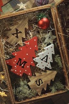 Cztery ozdobne drewniane choinki z rzeźbionymi literami bożonarodzeniowymi i bożonarodzeniowymi