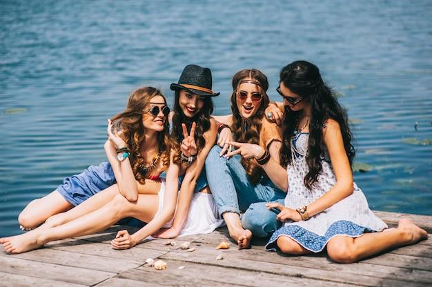 Cztery piękne dziewczyny na plaży