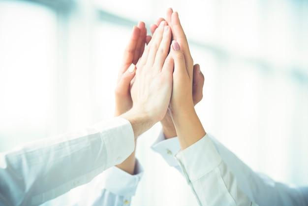 Cztery ręce powitanie z przybiciem piątki