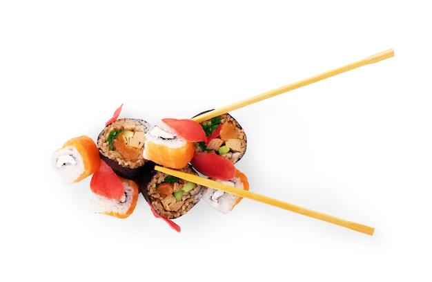 Cztery rolki maki pod rząd z łososiem, tuńczykiem z awokado i ogórkiem na białym tle
