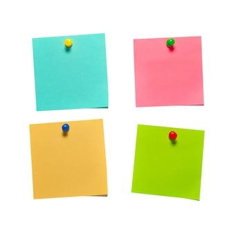 Cztery różne kolorowe naklejki papierowe z pinezkami