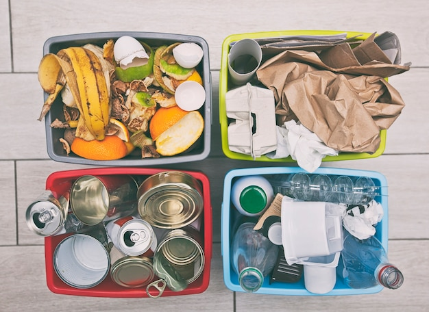 Cztery różne pojemniki do sortowania śmieci.