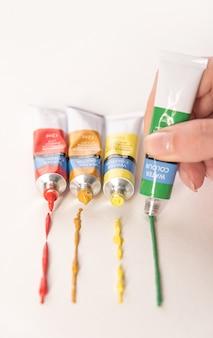Cztery różne rurki z farbą akwarelową na białym tle