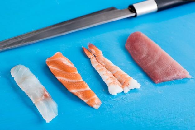 Cztery różne składniki owoców morza dla nighiri