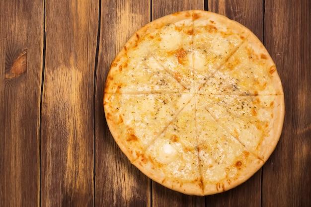 Cztery serowe pizze z bazylią i oregano