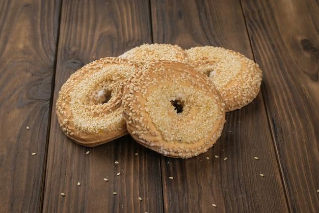Cztery sezamowe ciasteczka na drewnianym stole. domowe ciasta.