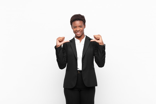 Czuć się dumnym, aroganckim i pewnym siebie, wyglądać na zadowolonego i odnoszącego sukcesy, wskazując na siebie