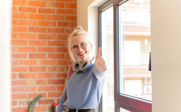 Czuć Się Dumnym, Beztroskim, Pewnym Siebie I Szczęśliwym, Uśmiechać Się Pozytywnie Z Kciukami Do Góry Premium Zdjęcia