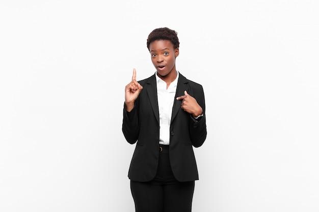 Czuć się dumnym i zaskoczonym, wskazując na siebie z ufnością, czując się jak sukces numer jeden