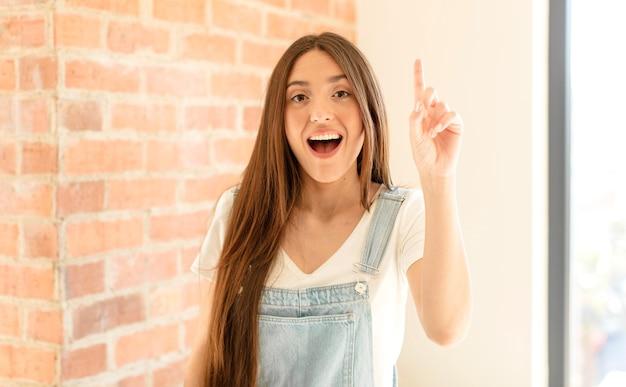 Czuć się jak szczęśliwy i podekscytowany geniusz po zrealizowaniu pomysłu, radośnie podnoszący palec, eureka!