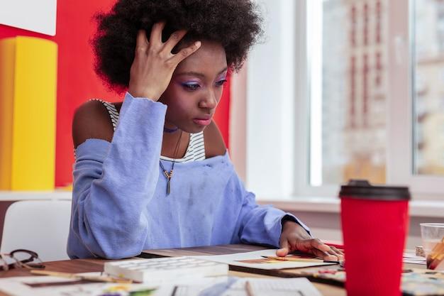 Czuć się okropnie. projektantka mody czuje się emocjonalnie i okropnie po zerwaniu z chłopakiem