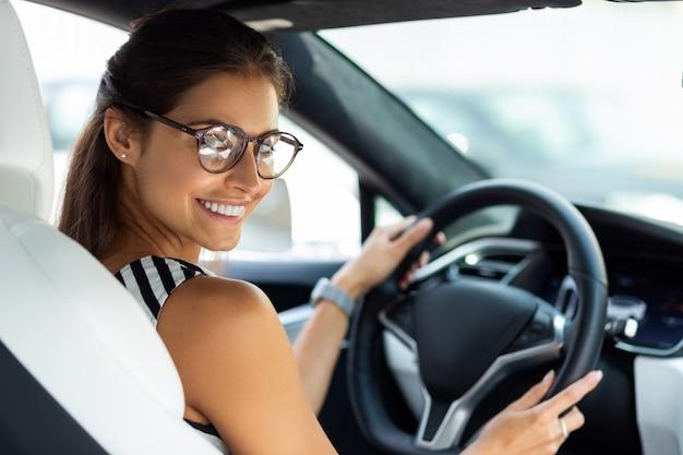 Czuć się podekscytowanym. piękna szczęśliwa bizneswoman czuje się podekscytowana rano podczas jazdy do pracy
