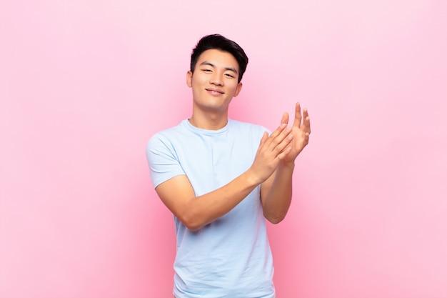 Czuć się szczęśliwym i odnoszącym sukcesy, uśmiechać się i klaskać w dłonie, gratulacje i oklaski