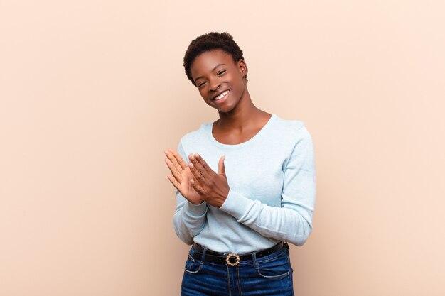 Czuć się szczęśliwym i odnoszącym sukcesy, uśmiechając się i klaszcząc w ręce, gratulując oklaskami