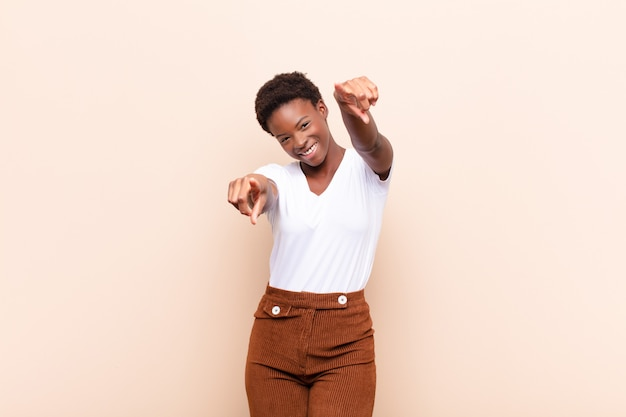 Czuć się szczęśliwym i pewnym siebie, wskazując obiema rękami i śmiejąc się, wybierając siebie