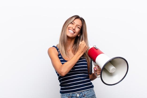 Czuć się szczęśliwym, pozytywnym i odnoszącym sukcesy, zmotywowanym do stawienia czoła wyzwaniu lub świętowania dobrych wyników