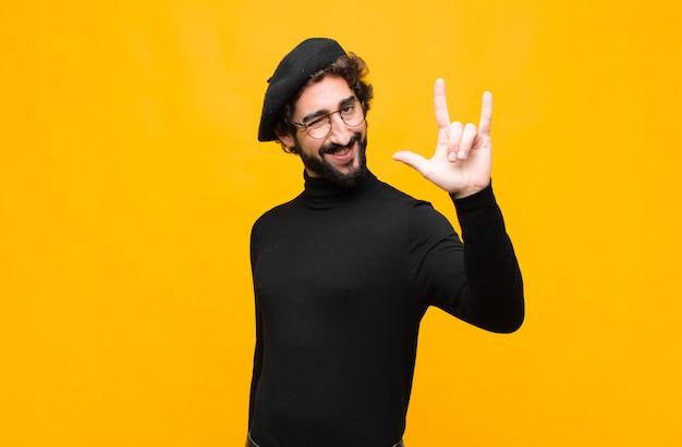 Czuć się szczęśliwym, zabawnym, pewnym siebie, pozytywnym i zbuntowanym, robiąc ręką znak rocka lub heavy metalu