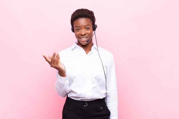 Czuć się szczęśliwym, zaskoczonym i wesołym, uśmiechać się z pozytywnym nastawieniem, realizować rozwiązanie lub pomysł