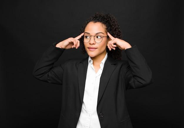Czuć się zdezorientowanym lub wątpiącym, koncentrując się na pomyśle, intensywnie myśląc, szukając miejsca na stronie